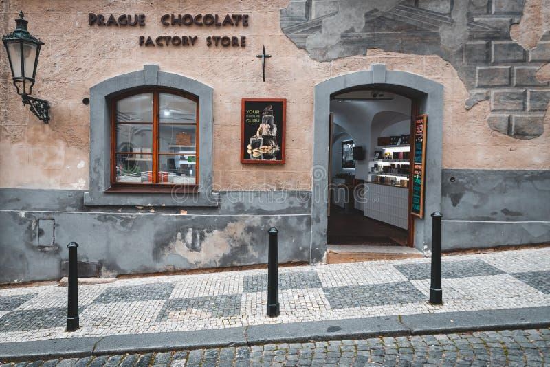 Widok na sklep czekoladowy z ulicy w Pradze fotografia stock