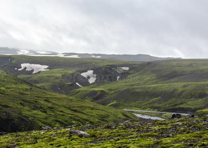 Widok na Skoga rzece z siklawą w dżdżystym letnim dniu na Fimmvorduhals śladzie od Skogar Thorsmork, średniogórza Iceland fotografia royalty free
