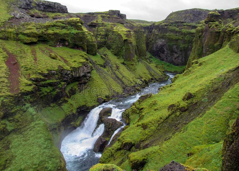 Widok na Skoga rzece z siklawą w dżdżystym letnim dniu na Fimmvorduhals śladzie od Skogar Thorsmork, średniogórza Iceland obraz stock