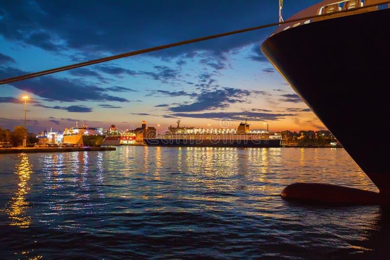 Widok na statkach w portowym Piraeus fotografia royalty free