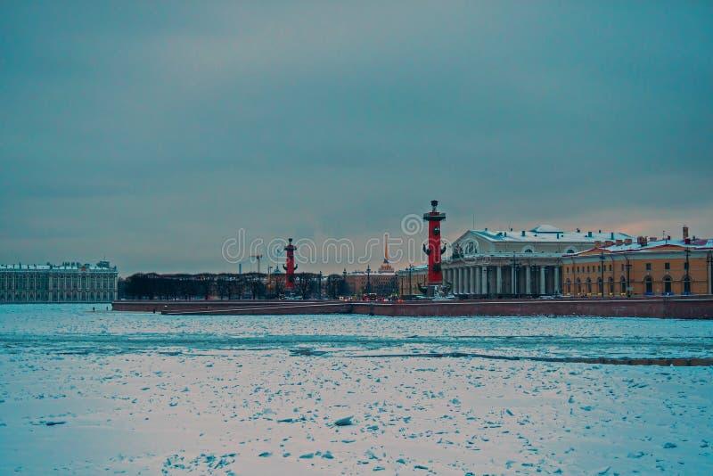Widok na Strelka Vasilyevsky wyspa, zima pałac i admiralicja, 3 2 obrazy royalty free