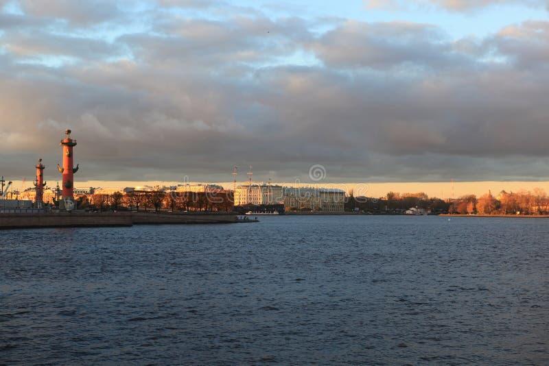 Widok na strzała Vasilevsky wyspa z pałac mostem Jesień wieczór w Petersburg obrazy stock
