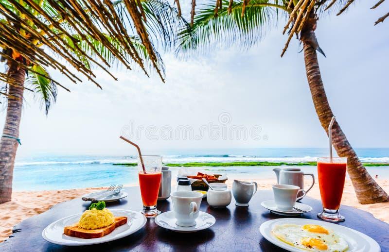 Widok na tropikalnym śniadaniu przy plażą Tangalle w Sri Lanka obrazy royalty free