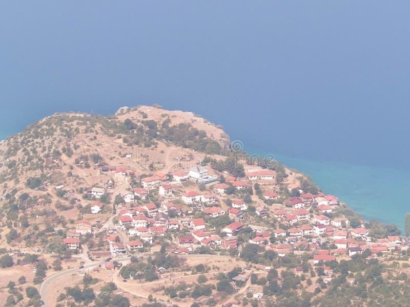 Widok na Trpejca i wybrzeżu Jeziorni Ochrid fromMountains Galicica park narodowy, Macedonia obraz stock