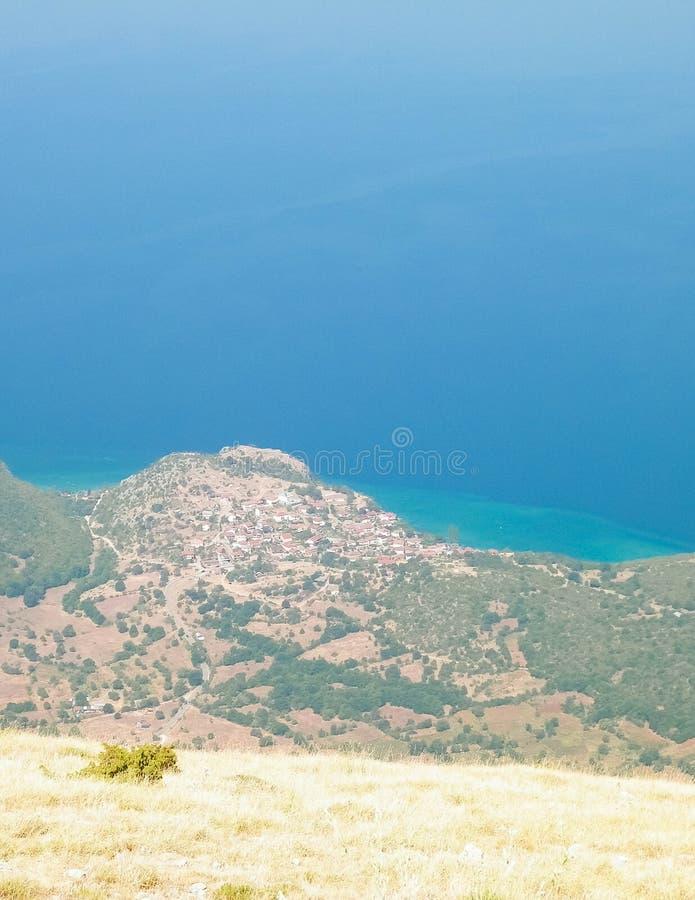 Widok na Trpejca i wybrze?u Jeziorni Ochrid fromMountains Galicica park narodowy, Macedonia obraz royalty free
