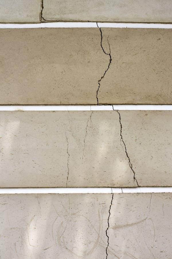 Widok na uszkadzającej kamiennej ścianie pęknięcia, pełno, z kolorami jak cienie brąz obraz stock