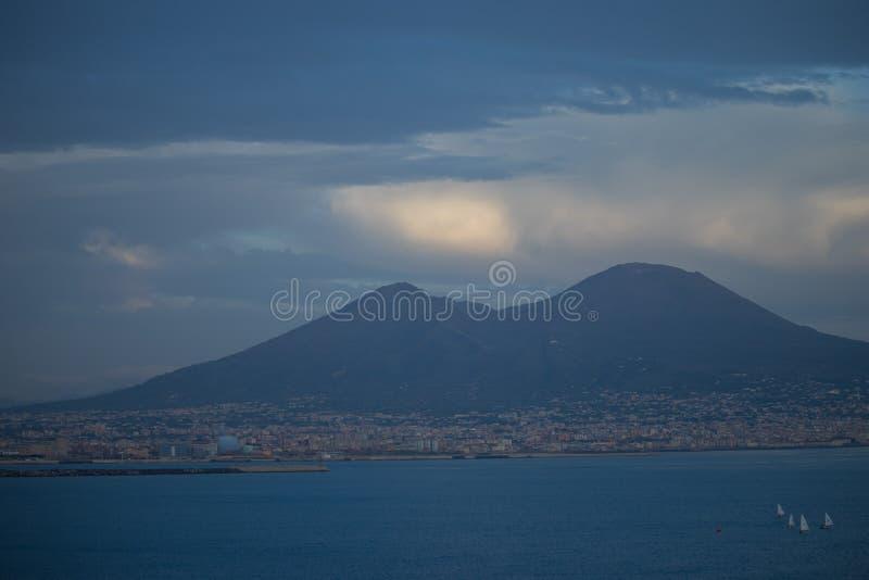 Widok na wielkiej górze Vesuvius stratowulkan w zatoce Naples, Włochy Zmierzch obrazy stock