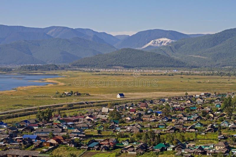 Widok na wiosce z kolorowymi domami na brzeg Jeziorny Baikal w górach w lecie zdjęcie royalty free