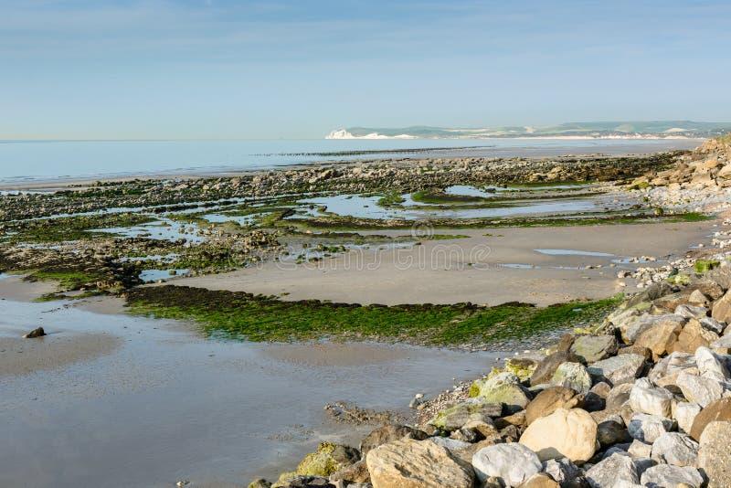Widok na Wissant zatoce Blanc Nez przy niskim przypływem i nakrętce zdjęcie royalty free