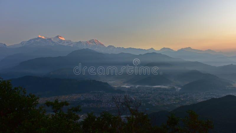 Widok na wschód słońca pasma górskie Himalaya od Sarangkot, Nepal zdjęcia royalty free