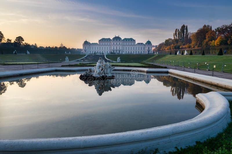Widok na wschód słońca w górnym pałacu Belvedere z pięknym odbiciem posągu i pałacu obraz stock