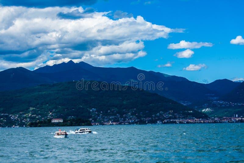 Widok na wybrzeże linii Jeziorny Maggiore, Włochy, Lombardy region Włoszczyzna krajobraz z górami i wodą, fotografia stock