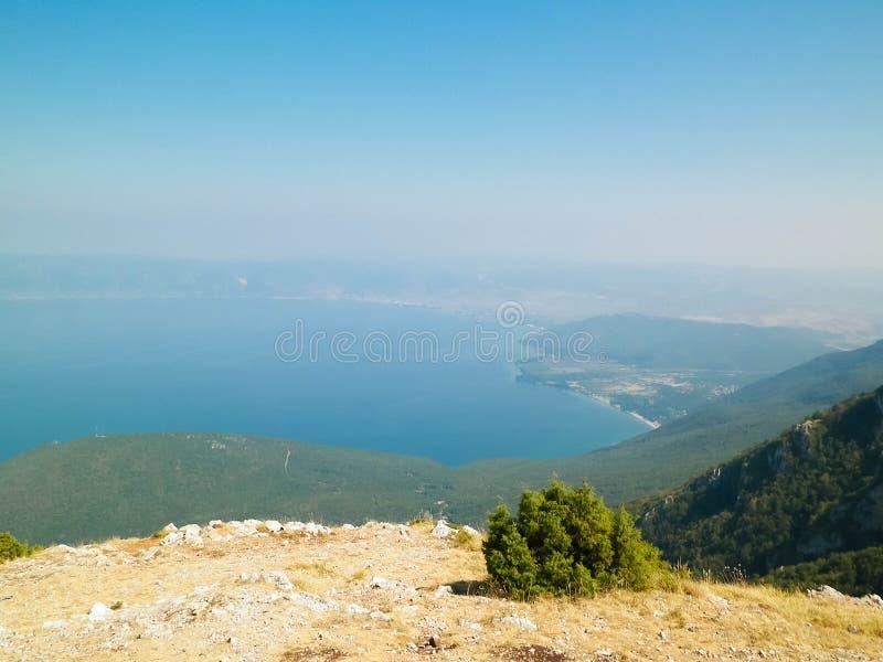 Widok na wybrzeżu Jeziorny Ochrid i górach Galicica park narodowy, Macedonia zdjęcia royalty free