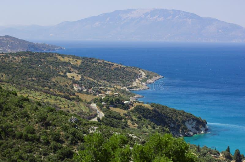 Widok na wyspa brzeg otaczającym błękitnym morzem nad krajobraz fotografia stock