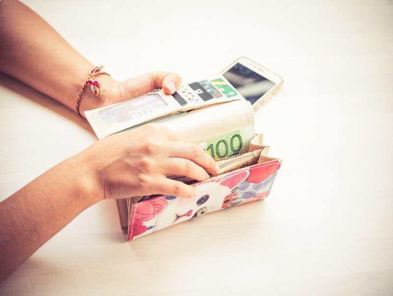 Widok na zamknięcie dłoni kobiety trzymającej portfel z pieniędzmi, kredytami, kartami debetowymi do zapłaty, zakupami fotografia royalty free