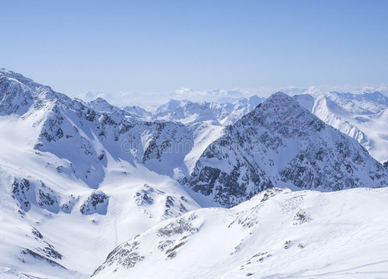 Widok na zima krajobrazie z wierzchu Schaufelspitze góry przy Stubai Gletscher narciarskim terenem z śniegiem zakrywającym osiąga obraz stock