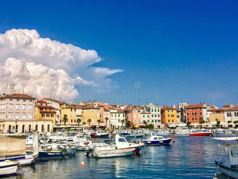 Widok nabrzeże Rovinj, Chorwacja pełno colourful stare łodzie i budynki dokował w zatoce zdjęcie stock