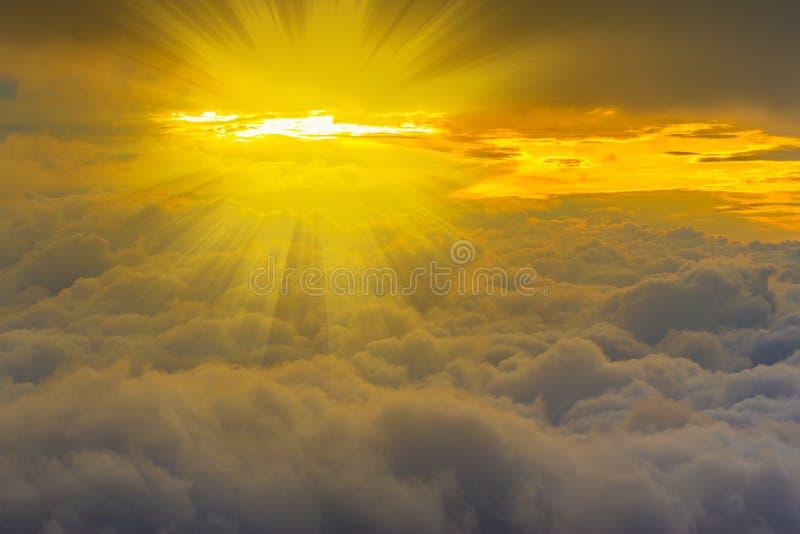 Widok nad żółci lekcy promienie i chmury zdjęcie stock