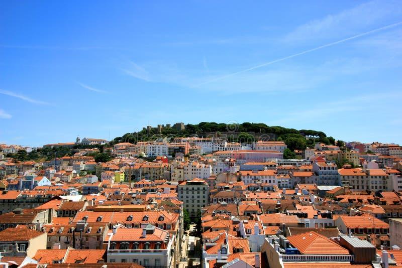Widok nad alfama starym miasteczkiem w Lisbon z sao Jorge kasztelem w tle zdjęcia stock