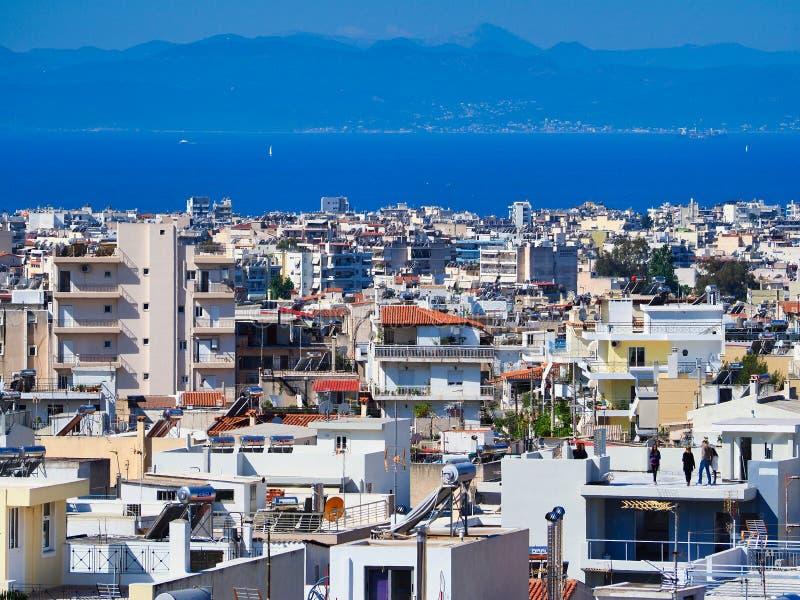 Widok Nad Ateny przedmieściami Saronic zatoka lub zatoka Aegina fotografia stock