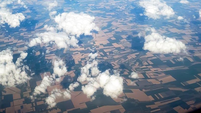 Widok nad chmury na ziemi dzielił polami zdjęcia royalty free