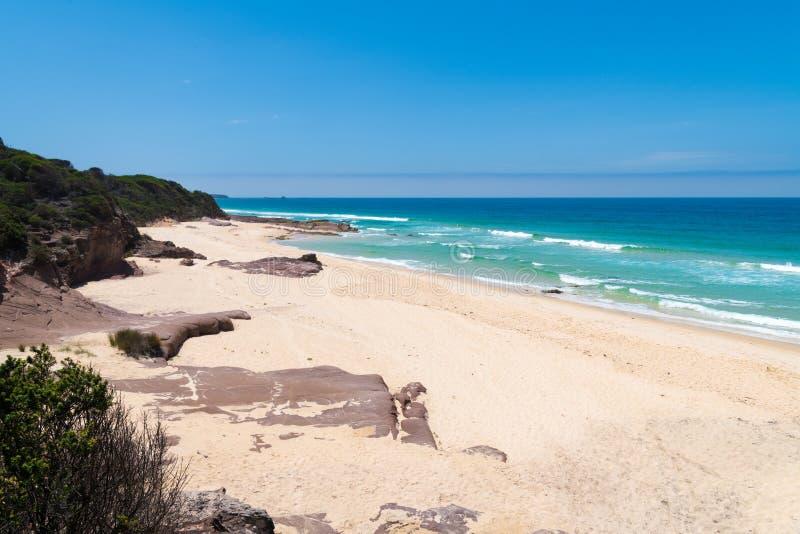 Widok nad daleką Quondolo plażą, lokalizować w Ben Boyd parku narodowym, NSW, Australia, popularnych dla surfować i rockpool bada zdjęcia royalty free