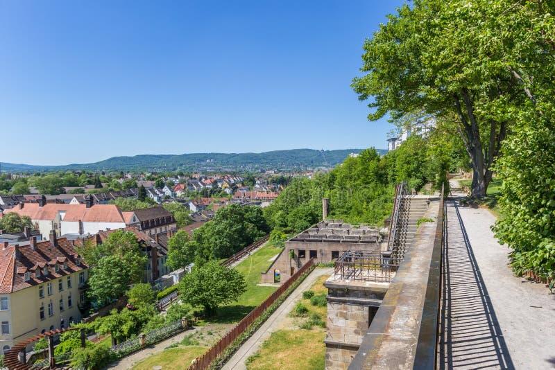 Widok nad Kassel i otaczającymi wzgórzami od Weinberg parka obrazy royalty free