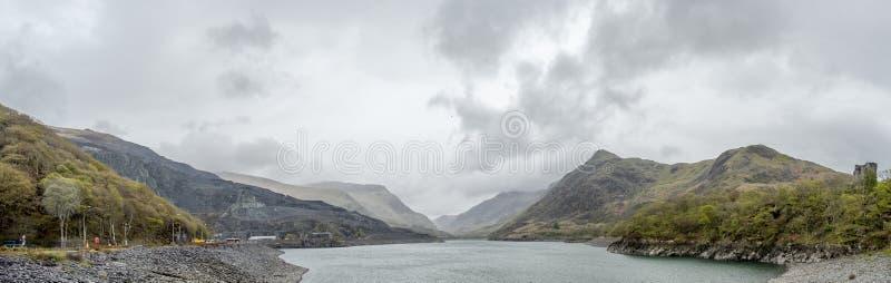 Widok nad Llyn Peris Snowdonia od Llanberis, Walia - obraz royalty free
