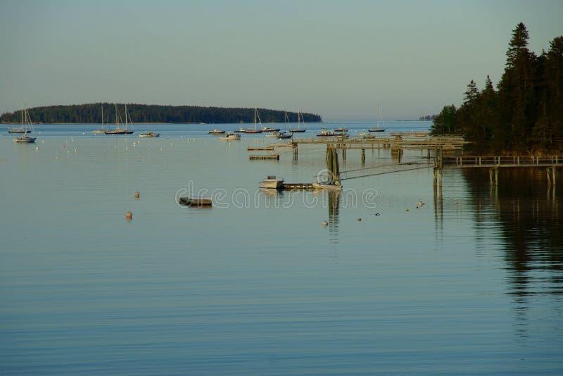 Widok nad marina z wieloskładnikowymi małymi łodziami rybackimi między lesistymi wyspami obrazy royalty free