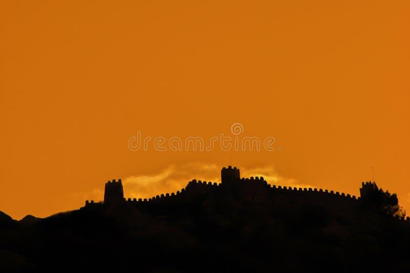 Widok nad Mauretańskim kasztelem w Sintra, Portugalia esencja nieba zdjęcie royalty free