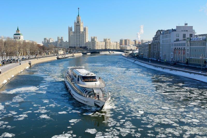 Widok nad Moskwa rzeką w kierunku Kotelnicheskaya bulwaru buildin obrazy royalty free