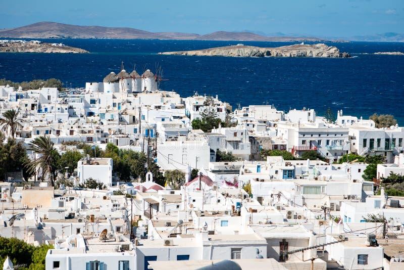 Widok nad Mykonos miasteczkiem przy południem wliczając sławnych wiatraczków obrazy stock