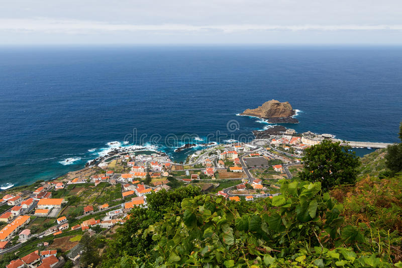 Widok nad Porto Moniz wioską, madery wyspa, Portugalia obrazy stock