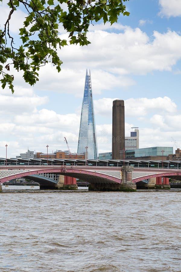 Widok nad rzecznym Themse czerep, Londyn, Wielki Brytania fotografia stock