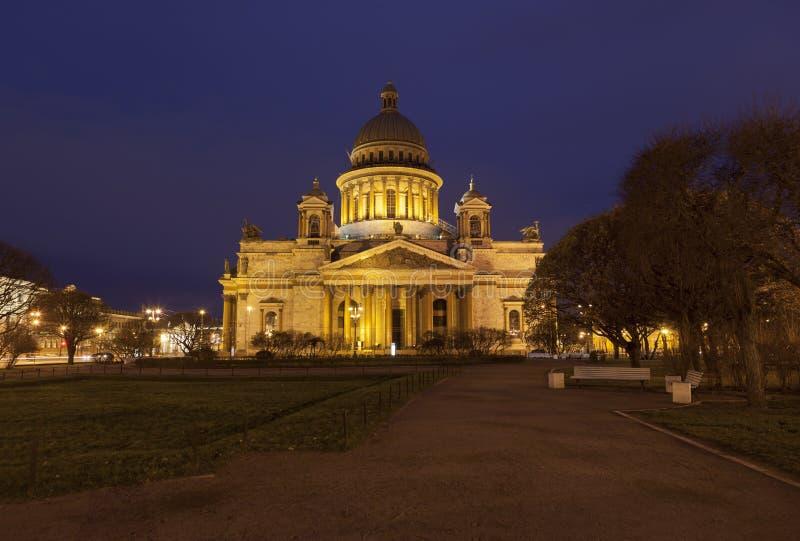 Widok nad St Isaac jesieni Katedralną nocą fotografia royalty free