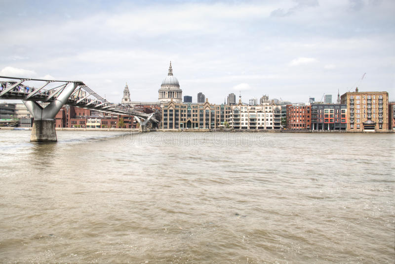 Download Widok Nad Thames Z Saint Paul Katedrą I Footbridge Fotografia Editorial - Obraz złożonej z britain, tło: 53778217