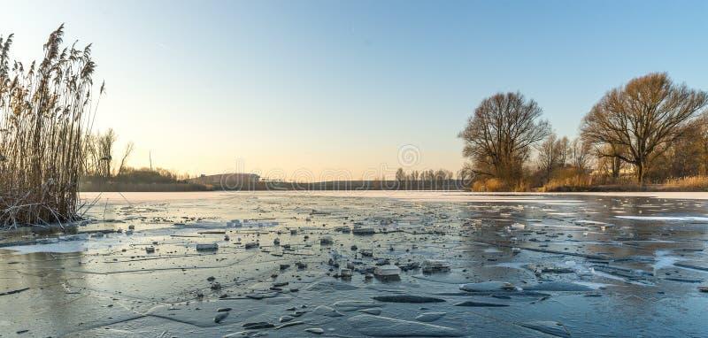 Widok nad zamarzniętym jeziorem obraz stock