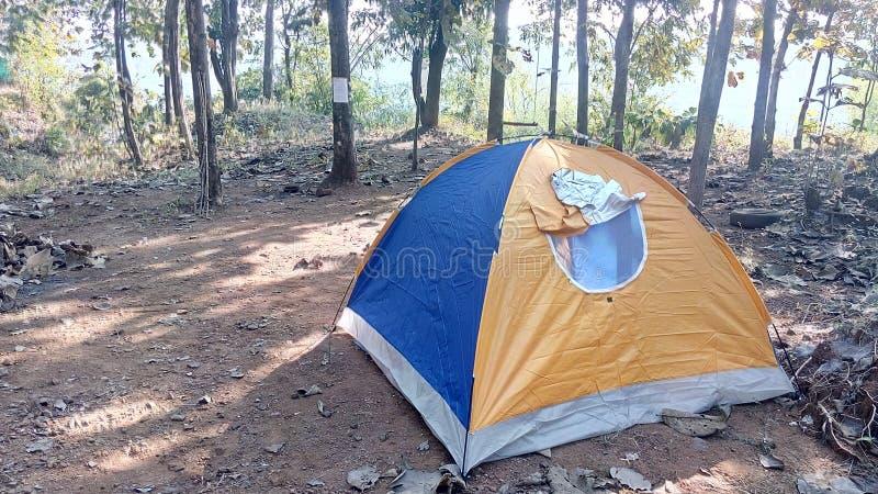Widok namiot przy campingowym terenem zdjęcia royalty free