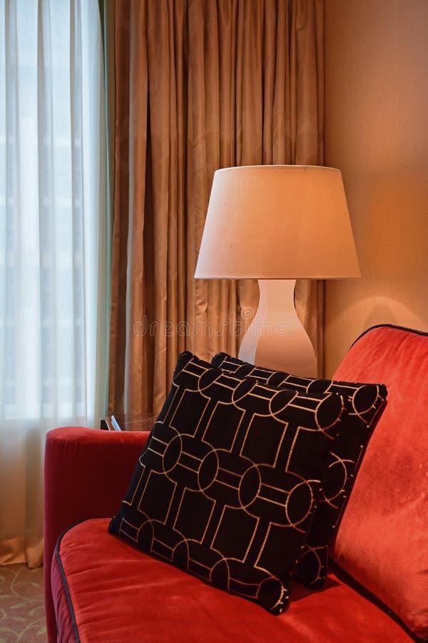 Widok Narożnikowy pokój z jeden kanapy strony i końcówki stołem z Stołową lampą zdjęcia stock