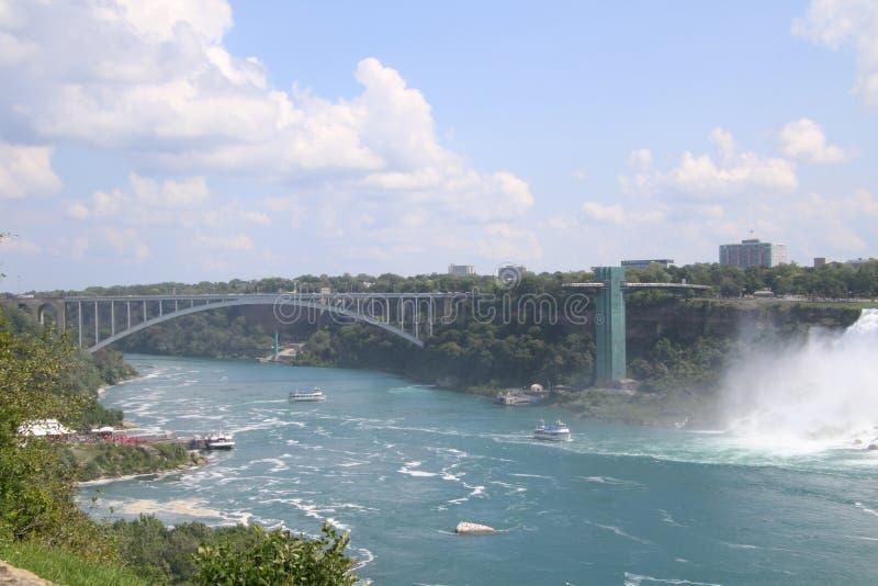 Widok Niagara spada z brid?owym rozci?gaj?cy si? rzek? obrazy stock