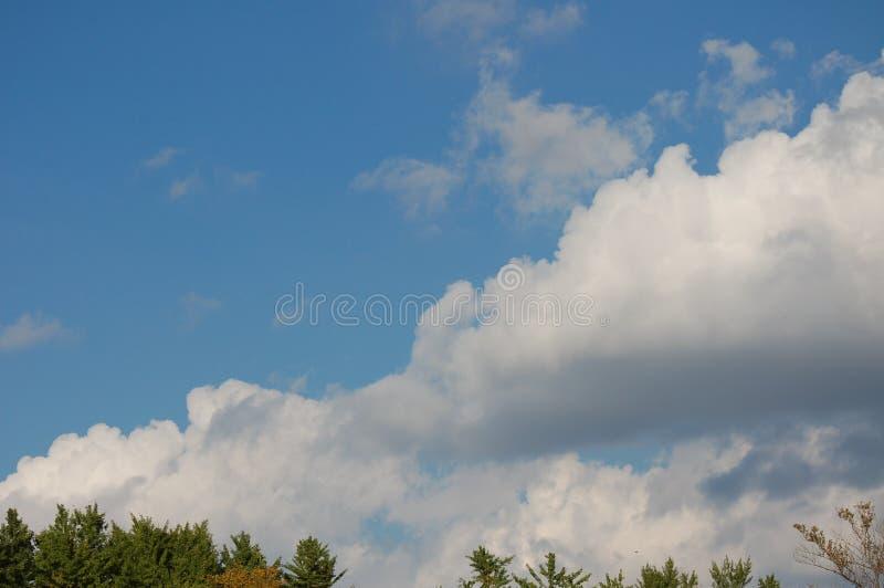 Widok niebo z dużymi chmurami zdjęcia stock