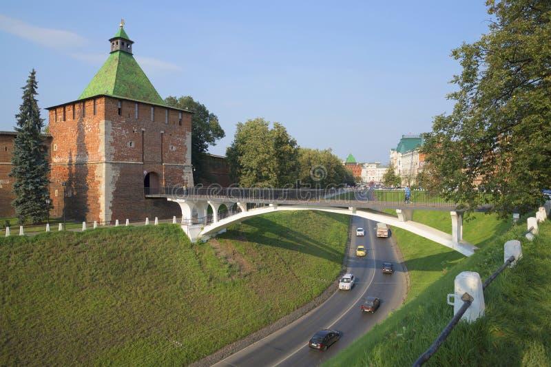 Widok Nikolskaya basztowy i zwyczajny most, dzień w Sierpniowym Nizhny Novgorod obraz royalty free