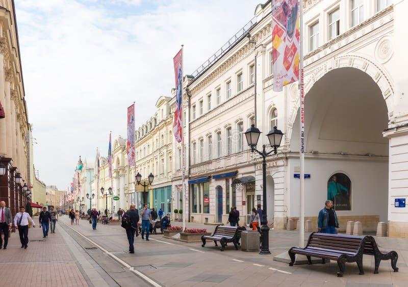 Widok Nikolskaya ulica w Moskwa, Rosja zdjęcia stock
