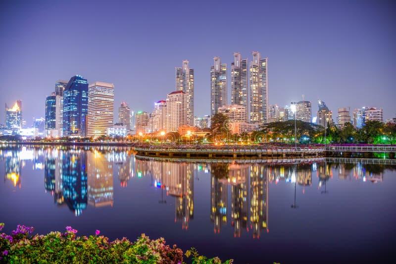 Widok noc pejzaż miejski przy Benchakitti parkiem, Nowożytny budynek Bangkok, Tajlandia, odbicie fotografie, Piękny nocy tło obrazy royalty free