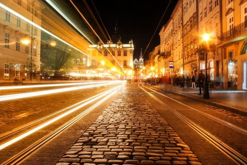 Widok nocy ulica Europejski ?redniowieczny miasto zdjęcie stock
