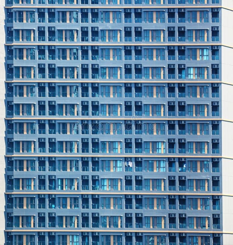 Widok Nowożytny Miastowy budynek mieszkalny, mieszkanie, kondominium powierzchowność, Tarasowy okno i ściany Deseniowy tło, real obrazy royalty free