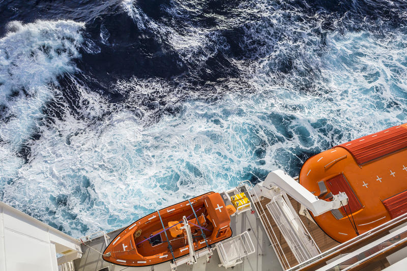 Widok nowożytny zbawczy lifeboat niosący statkiem wycieczkowym fotografia stock