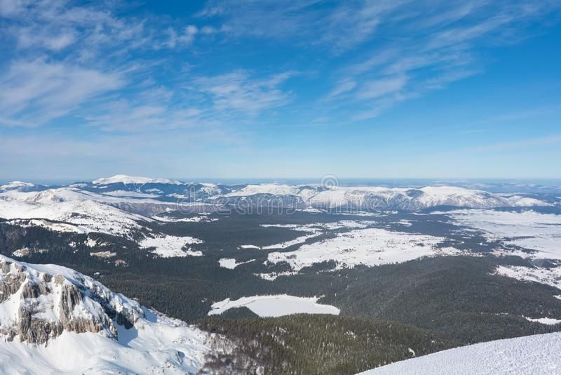 Widok od śnieżnego wierzchołka halny Savin Kuk Czarny jezioro zakrywający z śniegiem obraz royalty free