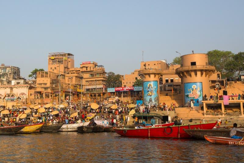 Widok od łodzi sunie przez wody na Ganges rzece wzdłuż brzeg Varanasi obraz royalty free