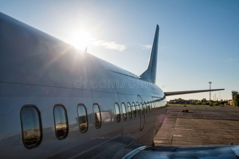 Widok od abordaży kroków do tyłu samolotu pasażerskiego w promieniach powstający słońce obraz stock